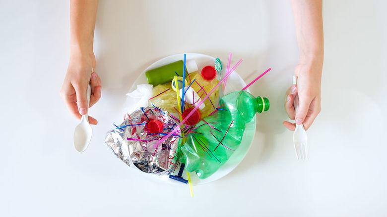 Plastic dringt appels, wortels en sla binnen