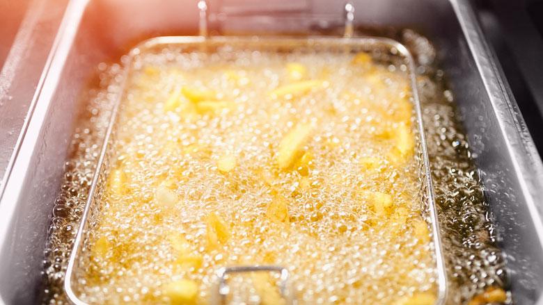 Hoe kan ik mijn frituurpan en airfryer het beste schoonmaken?