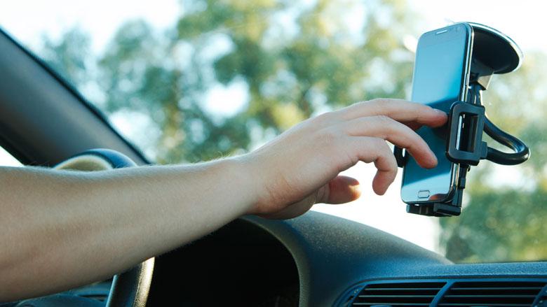 De oplossing tegen appen in verkeer: via techniek of via de overheid?