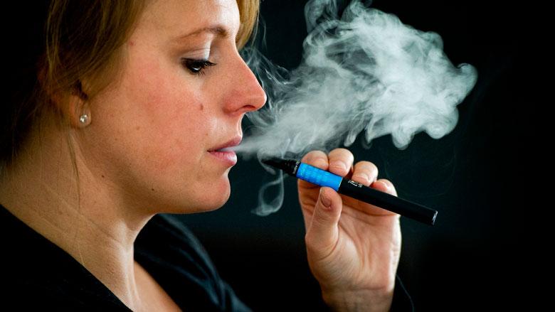 RIVM bezorgd om verkoop verboden e-sigaret 'JUUL'