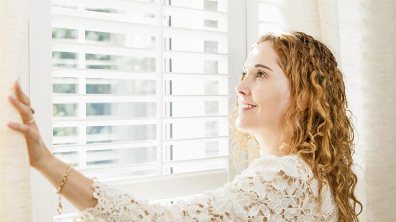 Raamdecoratie kopen: tips voor het uitkiezen van (rol)gordijnen en jaloezieën