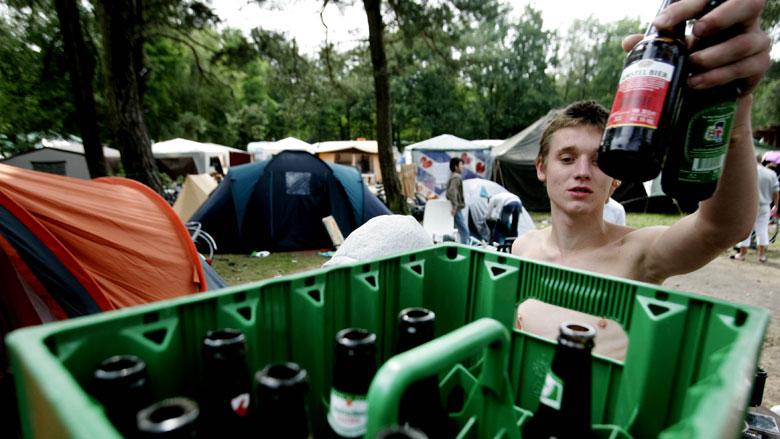 Jongeren drinken later en minder alcohol