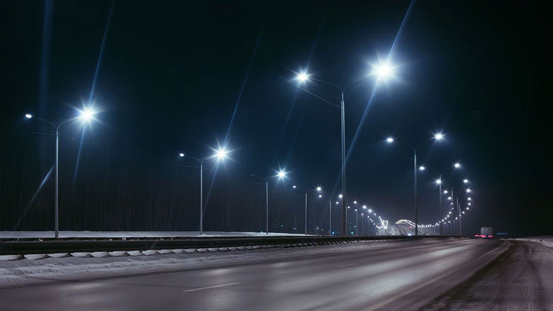 Lantaarnpalen langs snelweg gaan 's nachts weer aan