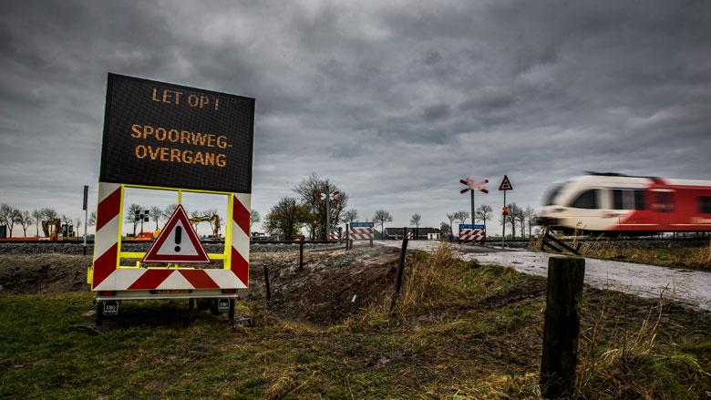 ProRail sluit onbewaakte overweg met betonblokken