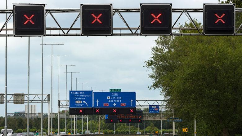 Slimme camera legt voertuig dat rood kruis negeert vast