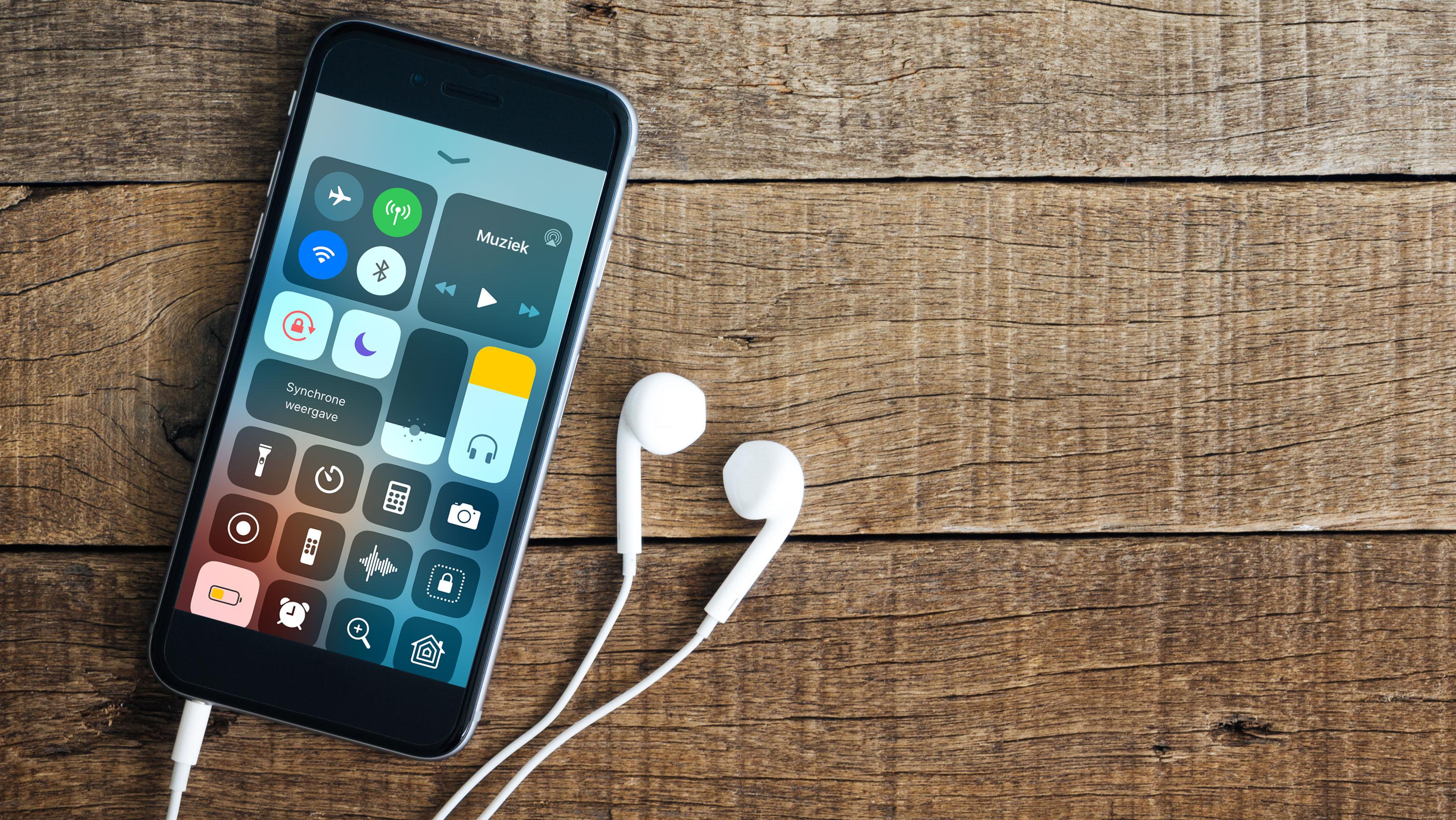 Als de volumebalk van je iPhone geel wordt, staat je geluid te hard.