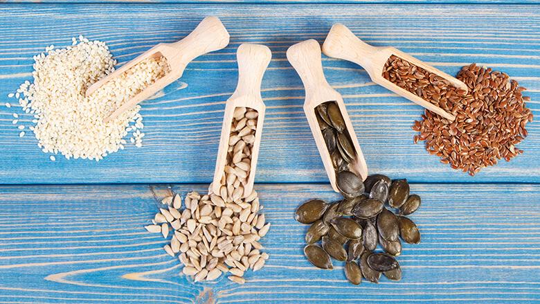 Seed cycling: zaden eten tegen menstruatieklachten. Helpt het echt?