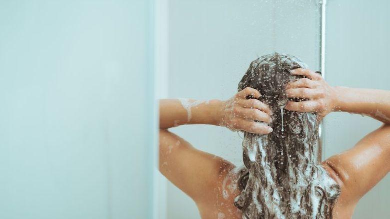 Zo maak je je douche schoon (zónder duur ontkalkingsproduct)
