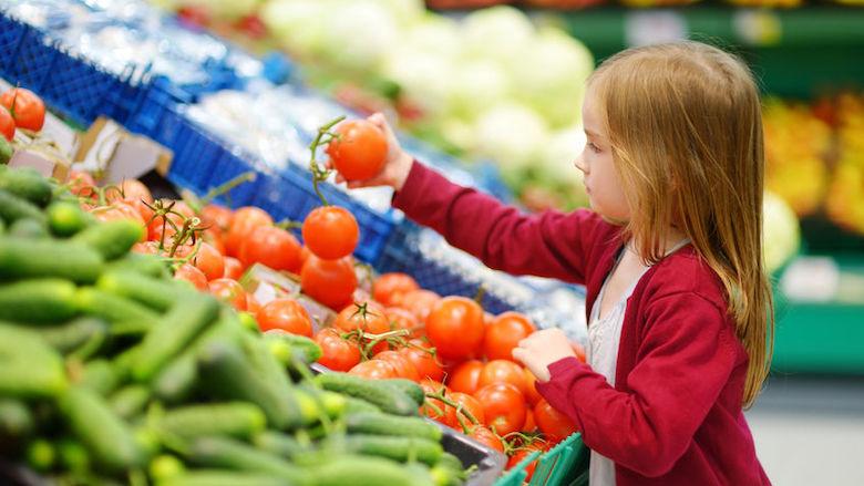 Prijs gezond eten en drinken harder gestegen dan die van snacks en snoep